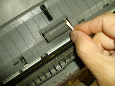 紙送りローラーも綿棒で清掃します