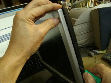 表側カバーと裏カバーはつめで接合されています