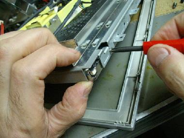 メイン基盤と液晶パネルが小ねじで止まっています