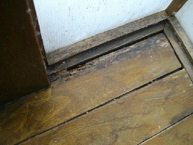 床の腐れてしまった部分2