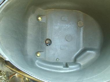 メットインのボックスの底に2本のボルトが見えます