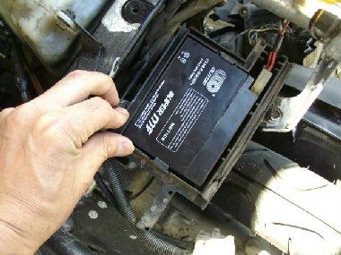 新しいバッテリーに端子を接続して元の位置に戻す。