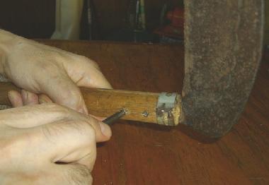 ビスで刃を固定する