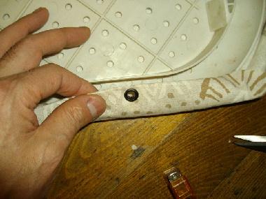 布に穴が開いたところで、ハトメ玉をセットします