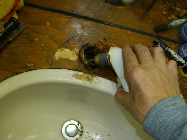 混合水栓を引き抜く