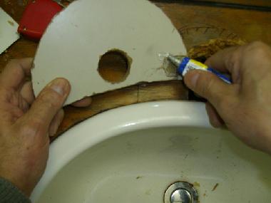 カバー板の裏側に接着剤を塗る