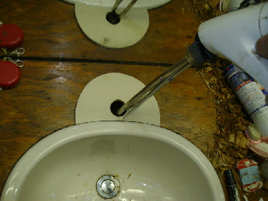 カバーの穴に水栓を通す