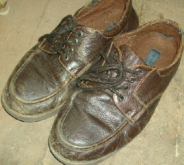 皮の塗装が痛んではげかかっている革靴