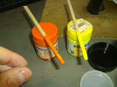 黄色とオレンジの水性塗料です